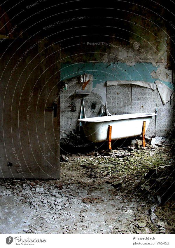 Bad-Trip alt Einsamkeit Raum dreckig Tür Armut Trauer kaputt Müll gruselig Tapete Rost schäbig chaotisch Badewanne