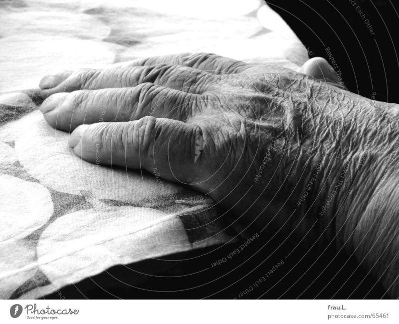 4,5 Mensch Mann Hand ruhig Senior Erholung Finger Müdigkeit Falte Ruhestand Gefäße Zitrone Gartenarbeit