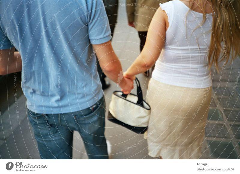 spazieren Mensch Hand Straße Zusammensein gehen Rücken Spaziergang Tasche