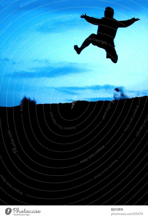 und ab geht die post!!! Mann Kerl Dämmerung springen schwarz Sträucher Staub wühlen Gefühle Lifestyle vertikal Farbfoto spreizen Hand Mensch Himmel blau