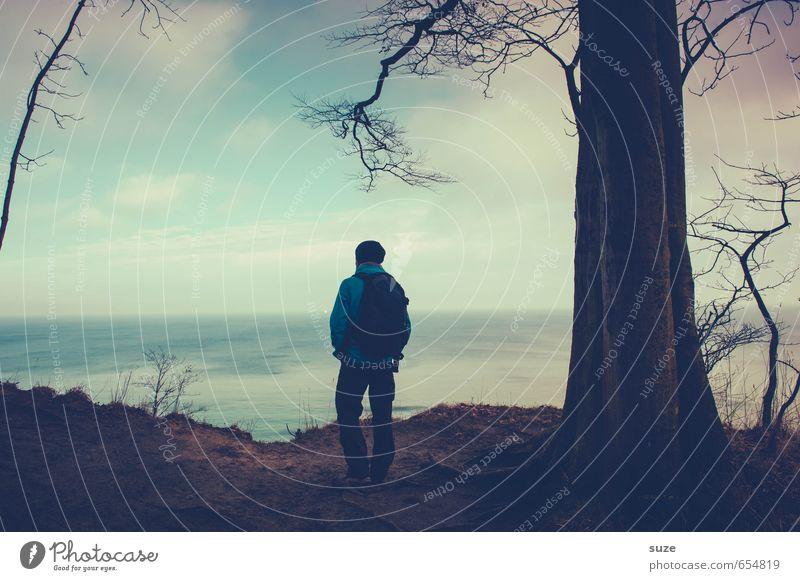 Kommen und Bleiben Freiheit Meer wandern Mensch maskulin Junger Mann Jugendliche Erwachsene 1 18-30 Jahre Himmel Horizont Baum Küste stehen warten dunkel blau