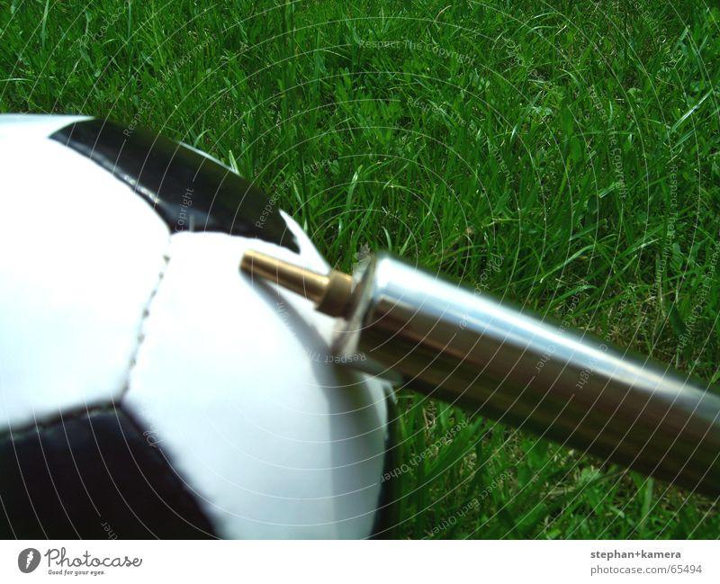 // Pump It Up! grün Sommer Freude schwarz Sport Wiese Spielen Gras Glück Luft Fußball Metall Hoffnung Ball Rasen Bodenbelag