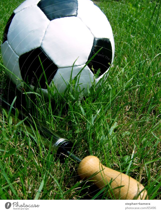 // Luft raus? grün Sommer Freude schwarz Sport Wiese Spielen Gras Glück Holz Fußball Metall Hoffnung Ball Rasen