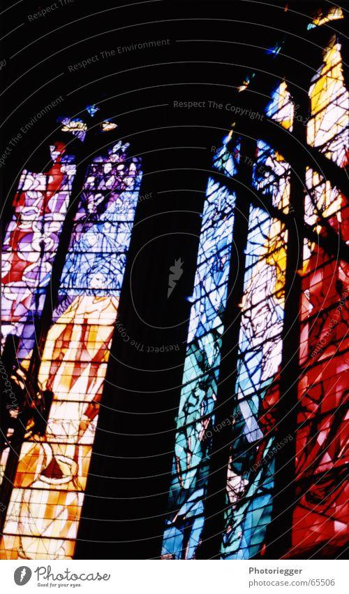 ...erleuchtend... grün blau rot gelb Farbe Fenster Kirche Kathedrale Kirchenfenster