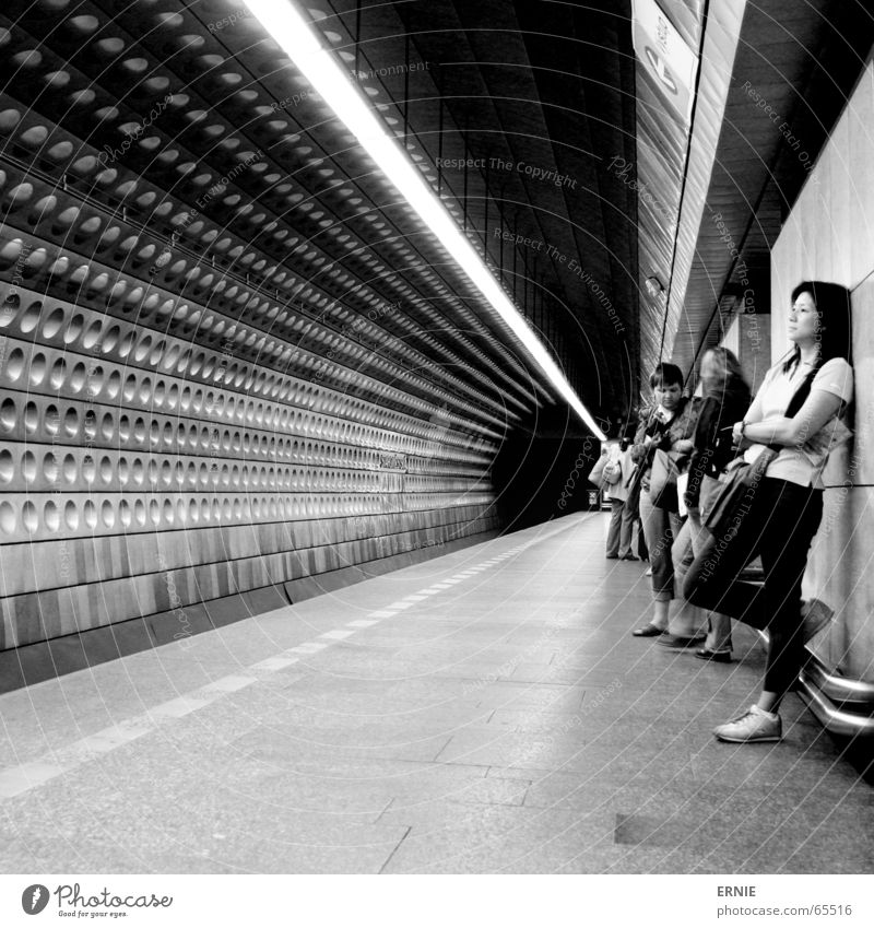 Tunnelblick Mensch Stadt Lampe Wand warten Design Verkehr Güterverkehr & Logistik rund Bodenbelag Fliesen u. Kacheln U-Bahn Japan London Underground anlehnen