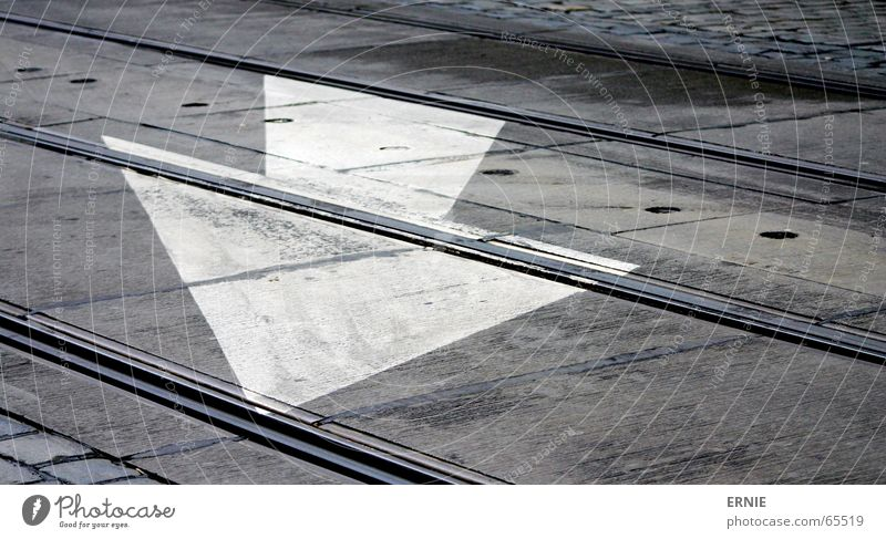 Richtungsweisend Prag weiß Gleise Pfeil Eisenbahn Stein Pflastersteine