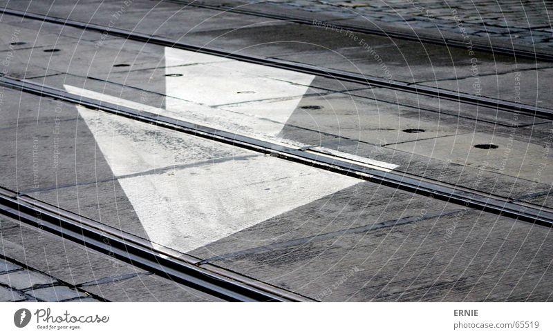 Richtungsweisend weiß Stein Eisenbahn Gleise Pfeil Pflastersteine Prag