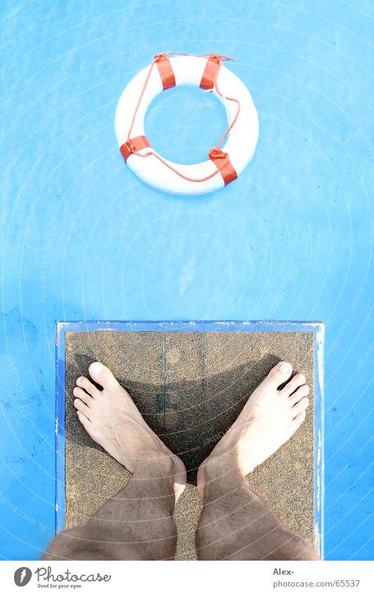 Quadratlatschen müssen ins Runde Wasser blau kalt springen Fuß Beine Hilfsbereitschaft Schwimmbad Turm Holzbrett Rettung Zehen Erfrischung Nagel hüpfen