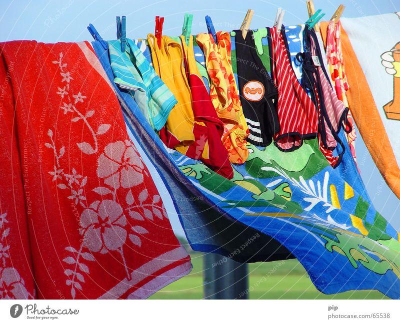 Wasser Stoff Sommer Wind Handtuch Badehose Badeanzug nass feucht trocknen Wäscheleine Wäscheklammern mehrfarbig Freude strandtuch
