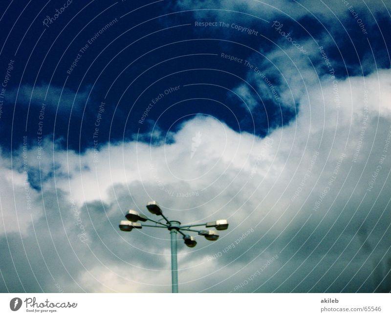 Es werde Licht Laterne Wolken Straßenbeleuchtung Parkplatzbeleuchtung Flutlicht Platz dunkel 6 3 Himmel Beleuchtung hoch blau clouds six three sky paarweise