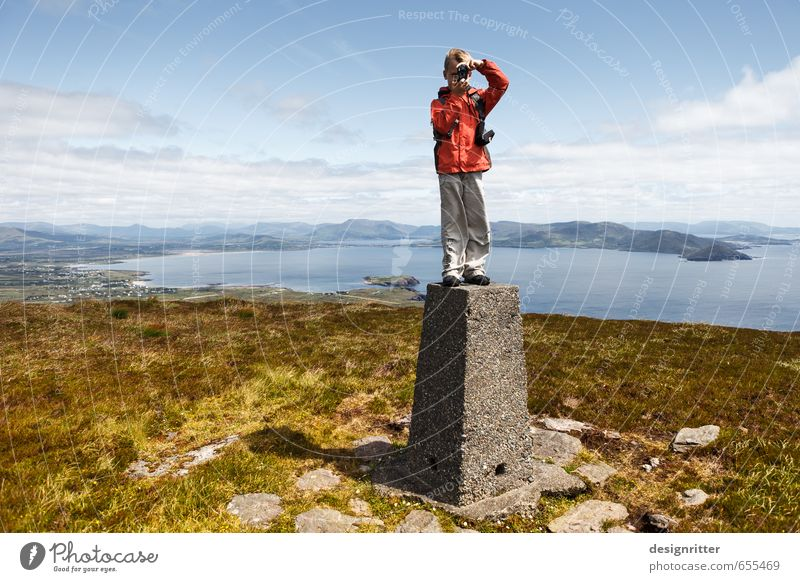 Junge auf dem Gipfel eines Berges in Irland Freizeit & Hobby Ferien & Urlaub & Reisen Ferne Freiheit Sommer Sommerurlaub Meer Berge u. Gebirge wandern Mensch