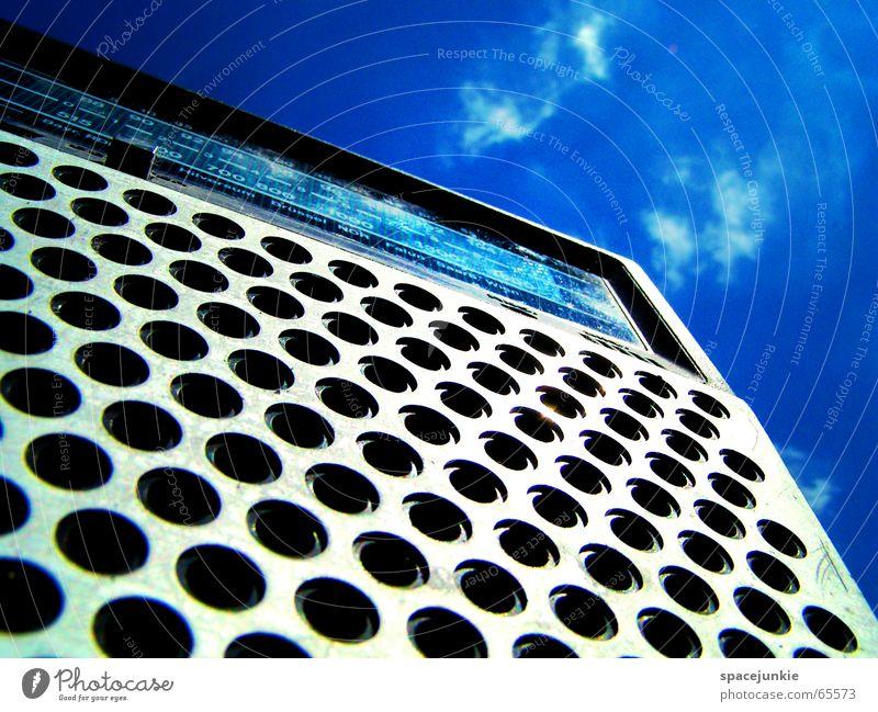 Radio Gaga (1) Sommer schrecklich rein Musikkassette Kassettenrekorder old-school Sender Licht Wolken zieh mir Himmel blau Radiogerät