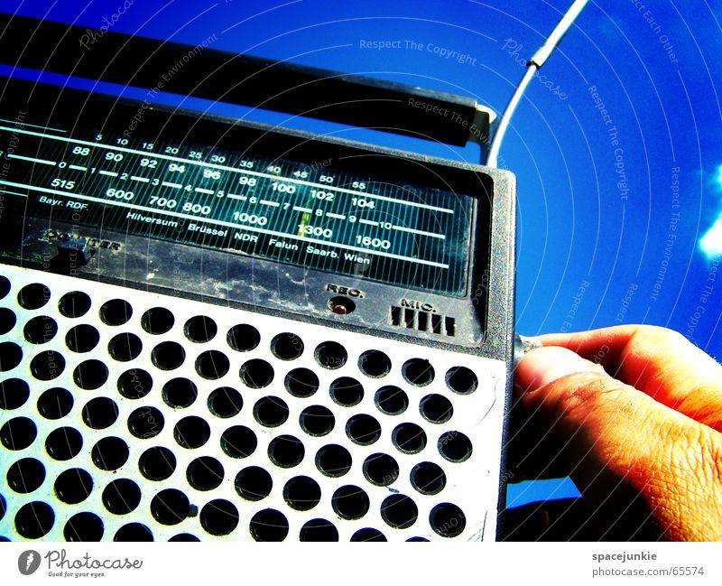 Radio Gaga (2) Hand Himmel blau Sommer Wolken Musik Finger rein Radiogerät Musikkassette old-school Sender Kassettenrekorder schrecklich