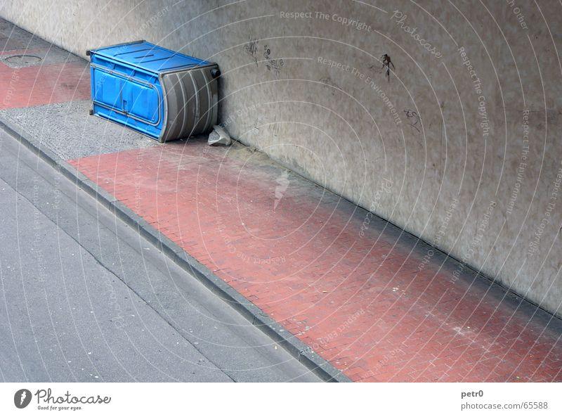 Dixiland ... blau rot Straße Wand dreckig Beton verrückt Perspektive liegen Asphalt Toilette Bürgersteig Pflastersteine gestreift Fuge quer