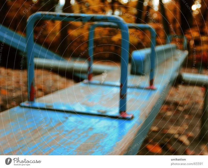 Gleichgewicht blau alt Baum Einsamkeit Herbst Spielen Garten Traurigkeit Park orange Wetter Kindheit Wachstum Kindergarten Spielplatz schaukeln