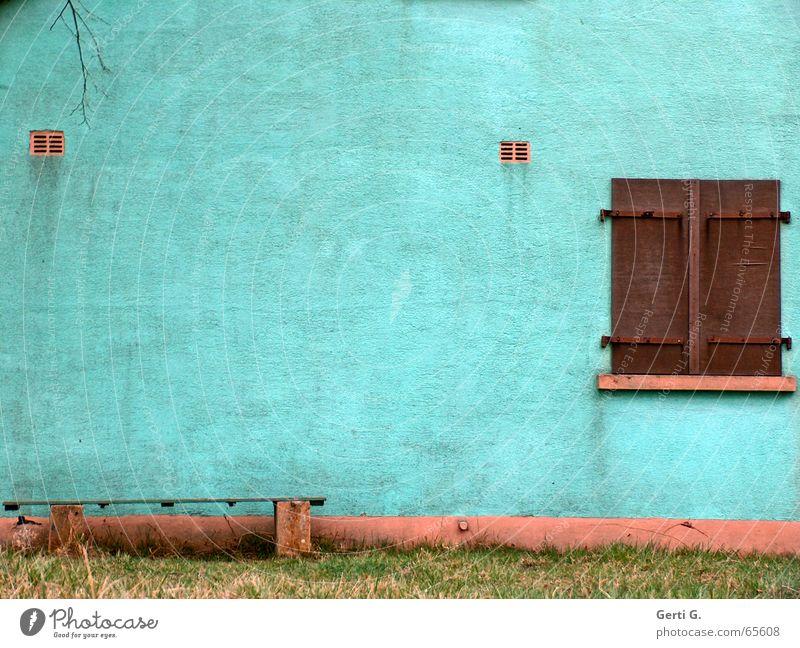 alles Fassade Wiese Fenster Gras braun dreckig Bank Ast verfallen türkis Putz Fensterladen Fensterbrett Anstrich schmuddelig Holzbank