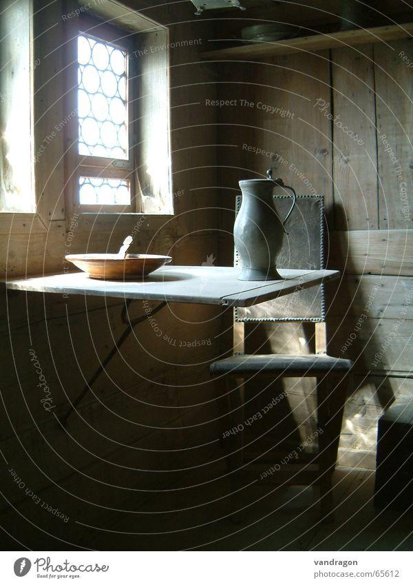 einfaches Leben Einsamkeit Fenster Holz Raum Tisch Vergangenheit Stuhl Burg oder Schloss Wohnzimmer Stillleben Schalen & Schüsseln Holzwand karg Krug