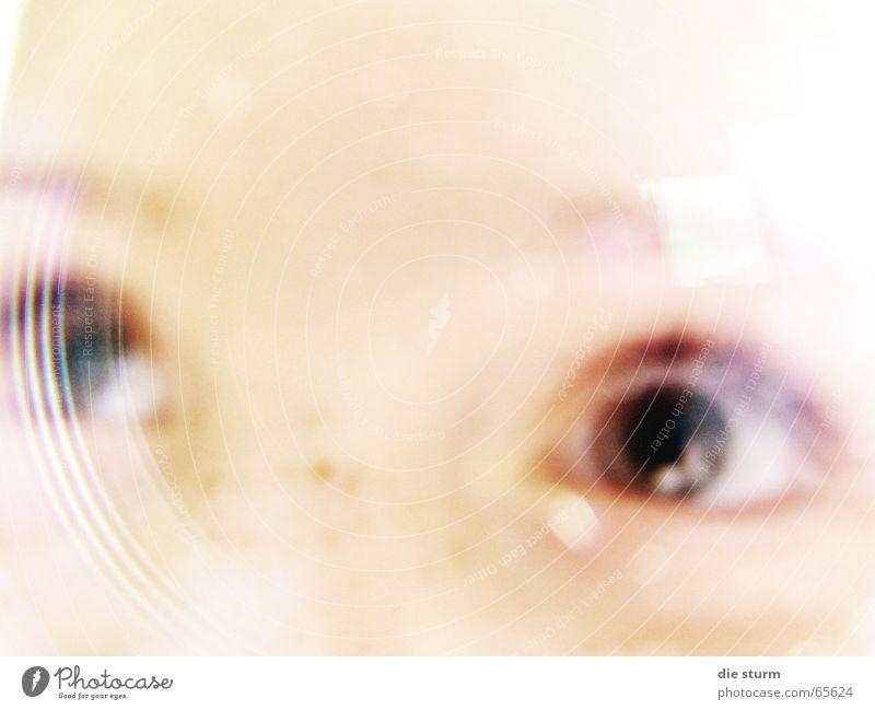 Ein erstaunlicher Blick Kind Mädchen strahlend geisterhaft schemenhaft Unschärfe Sommersprossen unklar Sonnenstrahlen sechs jahre Auge blick aus dem bild