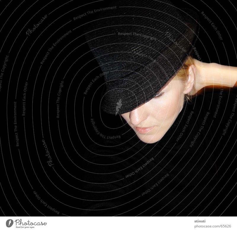 frau mit hut Frau Mensch schwarz blond Hut Seite Vor dunklem Hintergrund