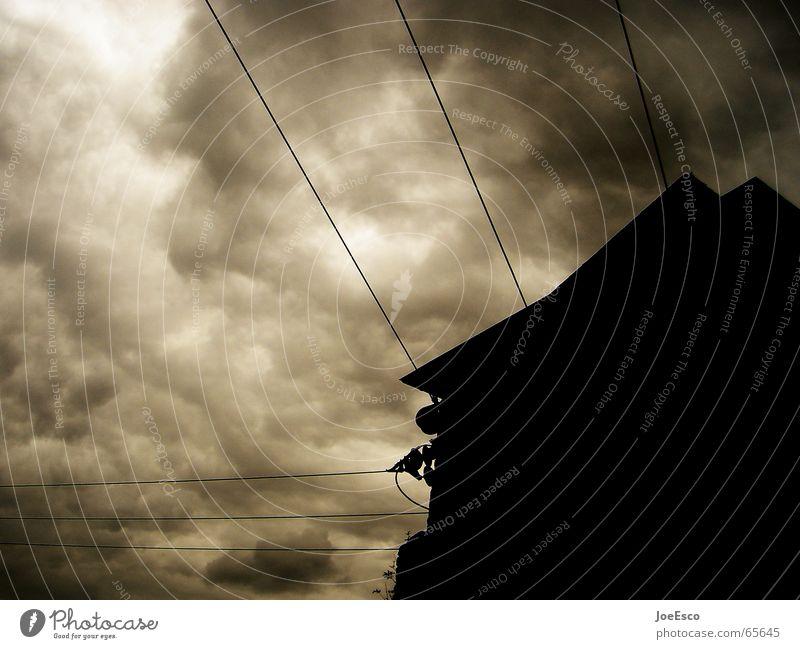 black sunday dunkel bedrohlich Unwetter Wolken zusammenbrauen gefährlich Silhouette schwarz weiß Stimmung Wetterumschwung Haus Gebäude Dach Leitung Elektrizität