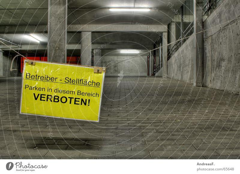 Parken VERBOTEN! Verbotsschild Parkhaus Verbote Nacht dunkel Beton grau kalt gelb Einsamkeit Fahrbahn Menschenleer Hinweisschild trist Straßenverkehr Wagen