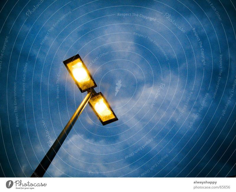 Danke, Freiherr Carl Auer von Welsbach! Himmel Wolken Lampe dunkel oben hell Angst hoch gefährlich bedrohlich Laterne Straßenbeleuchtung trüb Erkenntnis