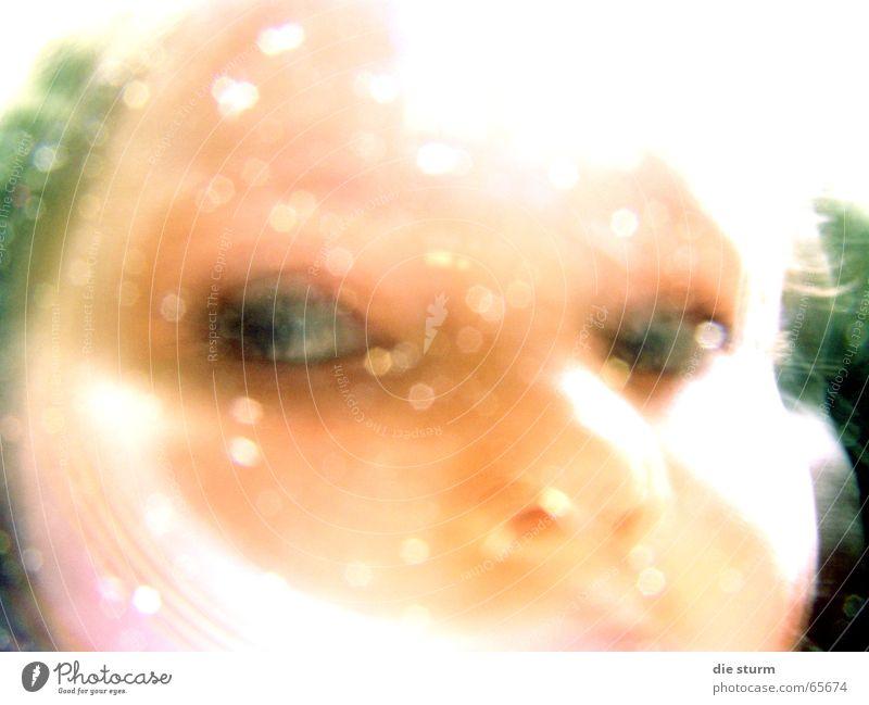 Blick zur Seite Kind Mädchen Reflexion & Spiegelung Unschärfe Grünstich Vor dunklem Hintergrund geisterhaft schemenhaft sechs jahre Auge blick zur seite hell