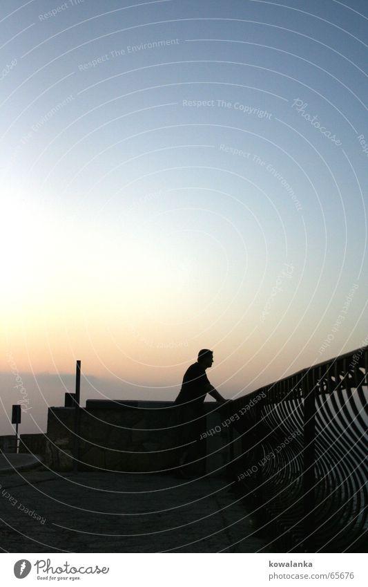 romeo aufm balkon? Panorama (Aussicht) beobachten Heimweh Sehnsucht Nostalgie Silhouette maskulin Balkon Romantik warten groß Geländer Sonnenuntergang