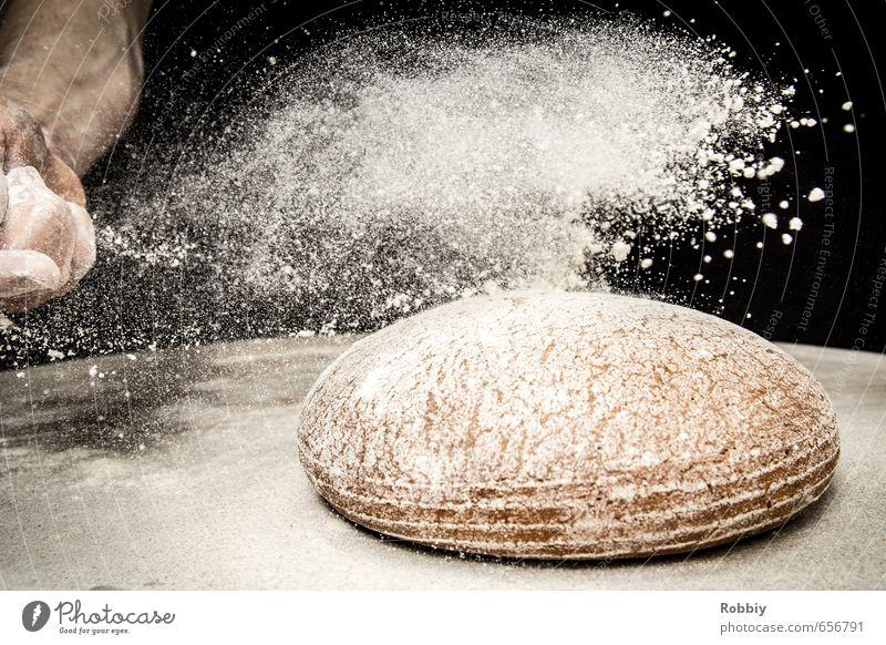 Zuckerbrot und ... Brot Mehl Bäckerei werfen authentisch frisch lecker rund braun schwarz weiß verteilen Leichtigkeit Handarbeit Handwerk Schneefall Ernährung