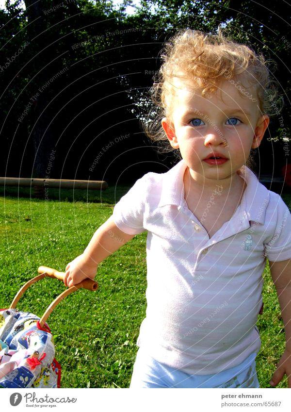 Früh übt sich. Kind Mädchen Sonne Sommer Auge Spielen Kopf Mund Nase Ausflug festhalten Hemd Griff Locken Spielplatz schieben
