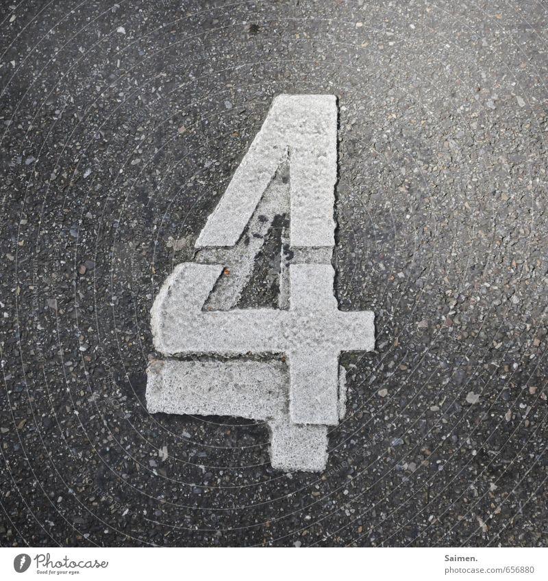 doppelt hält besser Straße nass grau Ziffern & Zahlen 4 Verkehrszeichen Asphalt paarweise doppelt gemoppelt draufgesetzt Schwarzweißfoto Außenaufnahme