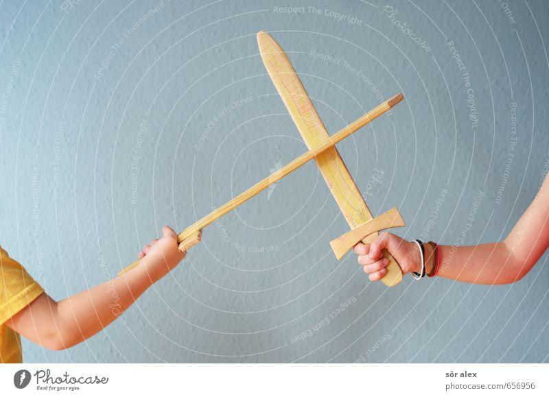 nicht streiten Kindererziehung Kindergarten Sitzung sprechen Team Mädchen Junge Geschwister Bruder Schwester Kindheit Arme Spielzeug Schwert Holz kämpfen