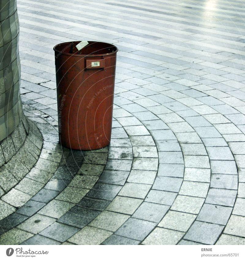 TolleTonne Prag Eimer Müll Tschechien Ausland Licht geschwungen rund Obdachlose Bahnhof Bodenbelag Fliesen u. Kacheln Sinnesorgane Schicksal 1
