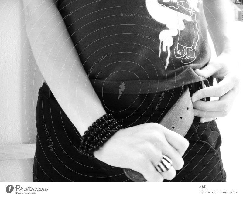 rädi tu fait Hand Jugendliche weiß schwarz Arme Finger T-Shirt dünn Hose Schmuck Ring eng Diät anonym schließen Gürtel