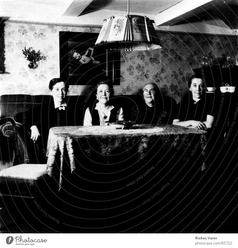 4 Schwestern 1945 Frau alt Senior Lampe Menschengruppe Familie & Verwandtschaft Fotografie Tisch Sofa historisch Wohnzimmer Lächeln altmodisch