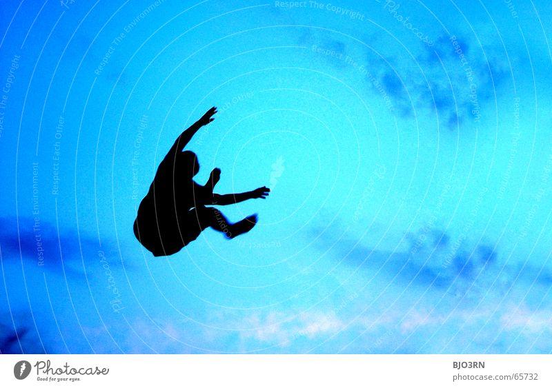 Björn lernt fliegen Lifestyle Freude Freiheit Mensch Mann Erwachsene Arme Hand Beine Sand Himmel springen blau schwarz Gefühle Farbe Kerl Staub wühlen