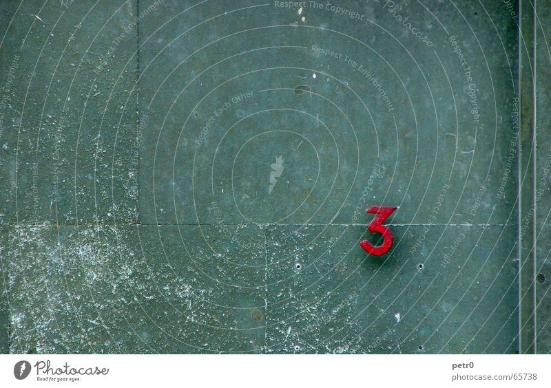 drei Wand 3 grün rot Ziffern & Zahlen Hausnummer Fassade Patina Kratzer Bohrloch dreckig Stein Detailaufnahme Straße verfallen Fuge Linie