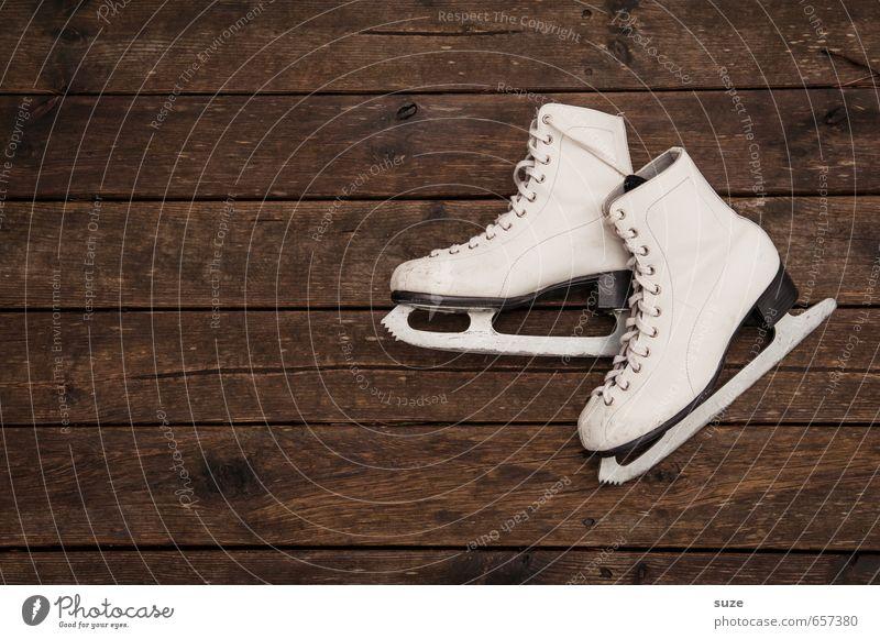 Trockeneislauf alt weiß Winter Stil Holz braun Freizeit & Hobby paarweise einfach trocken sportlich Vorfreude Holzfußboden Wintersport Schlittschuhe kultig
