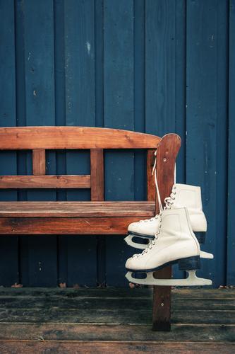 Damenbesuch blau alt weiß Winter Stil Holz braun Freizeit & Hobby warten paarweise einfach trocken Bank sportlich hängen Vorfreude