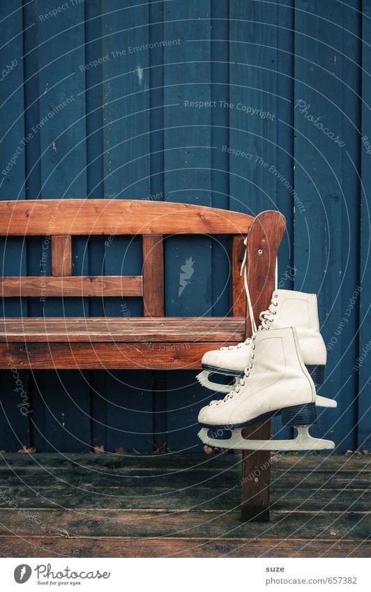 Damenbesuch Stil Freizeit & Hobby Winter Wintersport Holz hängen warten alt sportlich einfach trocken blau braun weiß Vorfreude Schlittschuhe Holzfußboden