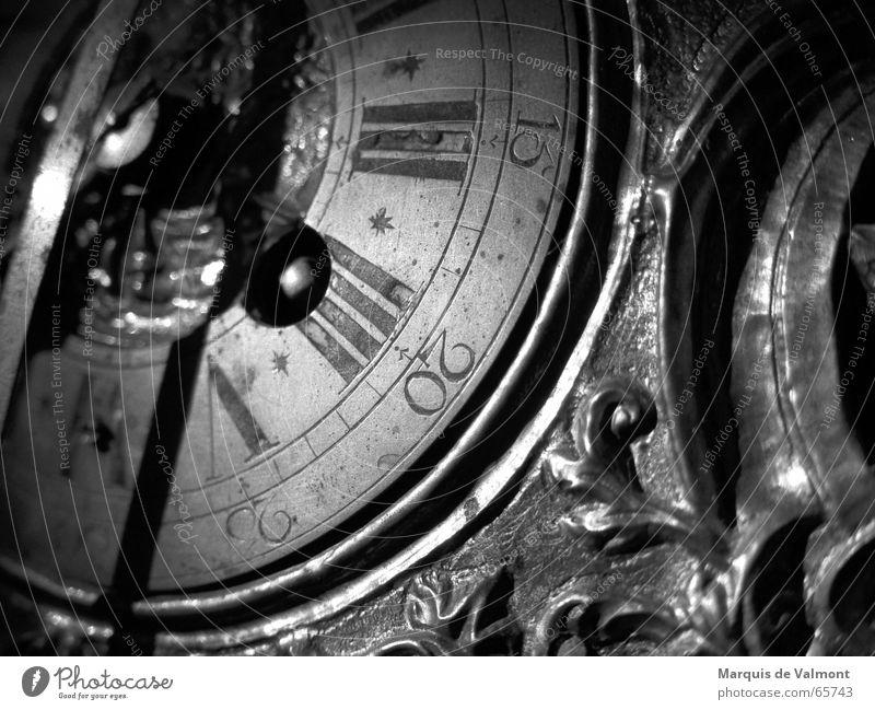 Barock und nicht Bahose schwarz weiß Tick ticktack Uhr Zeit analog Ornament Zifferblatt Ziffern & Zahlen Rom Arabien Skala historisch Antiquität Sammlerstück