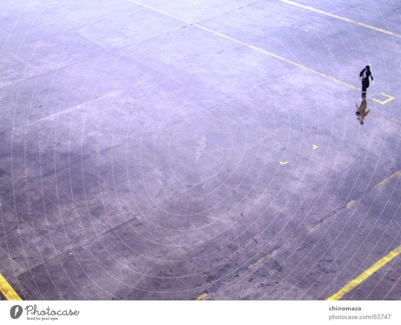 solitary walker Tanzfläche Mensch alone traveller rain Reflexion & Spiegelung men worker