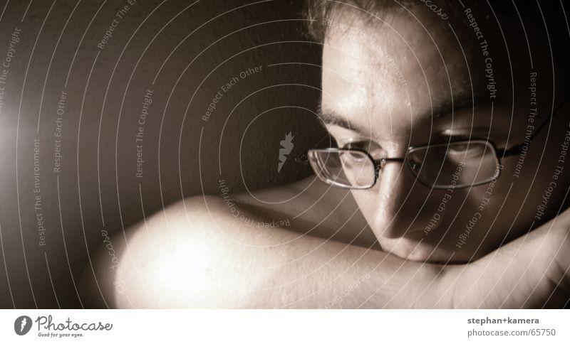 // Nachgedacht... Denken Licht Brille Hand dunkel schwarz Stirn Gedanke erinnern Wand Lampe Strukturen & Formen Gestell Wange Trauer Wimpern Augenbraue Porträt