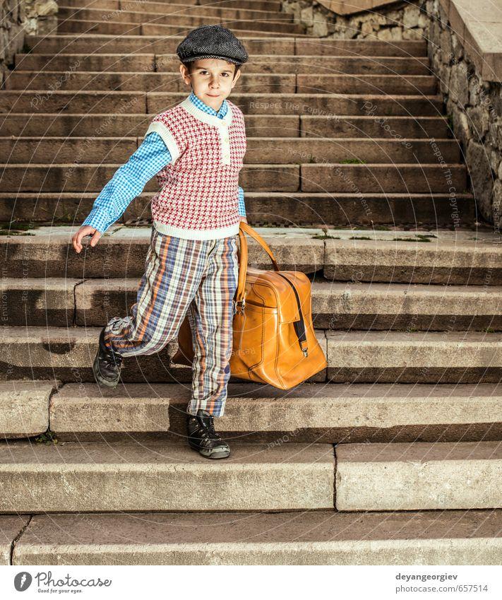 Außentreppe und Kind mit Vintage-Tasche Ferien & Urlaub & Reisen Ausflug Schule Mensch Junge Kindheit Straße Koffer klein retro schwarz weiß altehrwürdig Gepäck