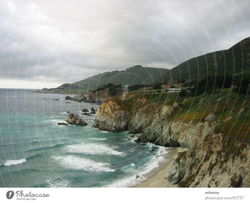 Pazifikküste von US Highway 1 aus Meer Strand Wolken Wellen Küste Klippe schlechtes Wetter Küstenstraße