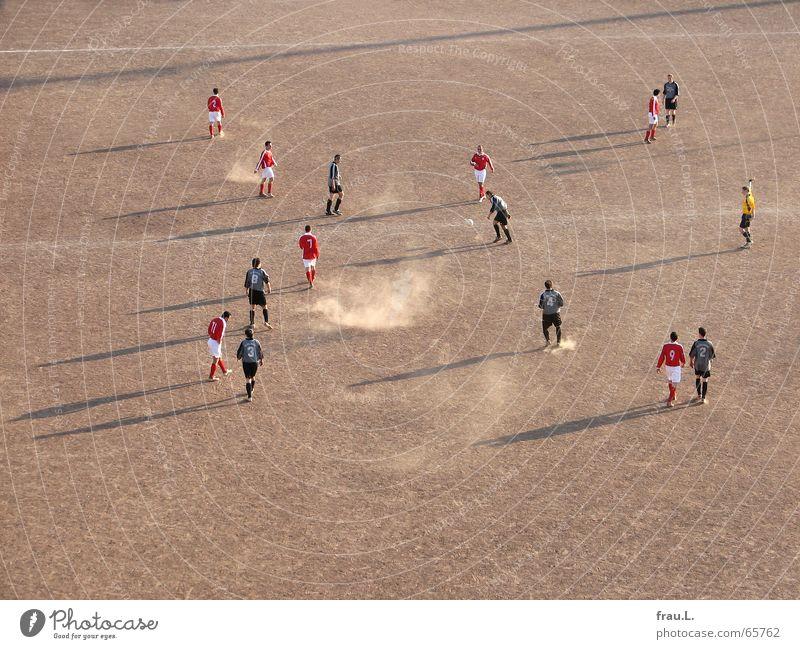 X-Fußball Fußballer Schiedsrichter Spielfeld Sportverein Fußballmannschaft seltsam Fußballplatz Staub Sonnenlicht Freizeit & Hobby schießen Platz Sportplatz