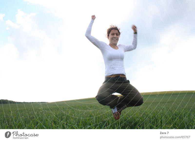 JuMp ARoUnd Wiese Feld springen hüpfen Landschaft juhu yeah yipie klinsmann
