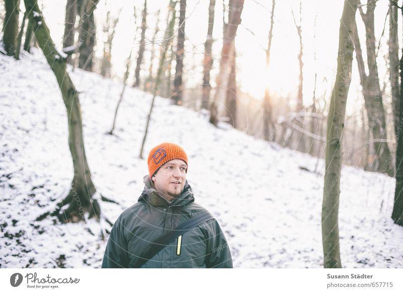 winterkinder Mensch maskulin Junger Mann Jugendliche Erwachsene Körper Kopf Bart 1 Lächeln Winter Wald Winterlicht Schneelandschaft Baum Freude gücklich Jacke