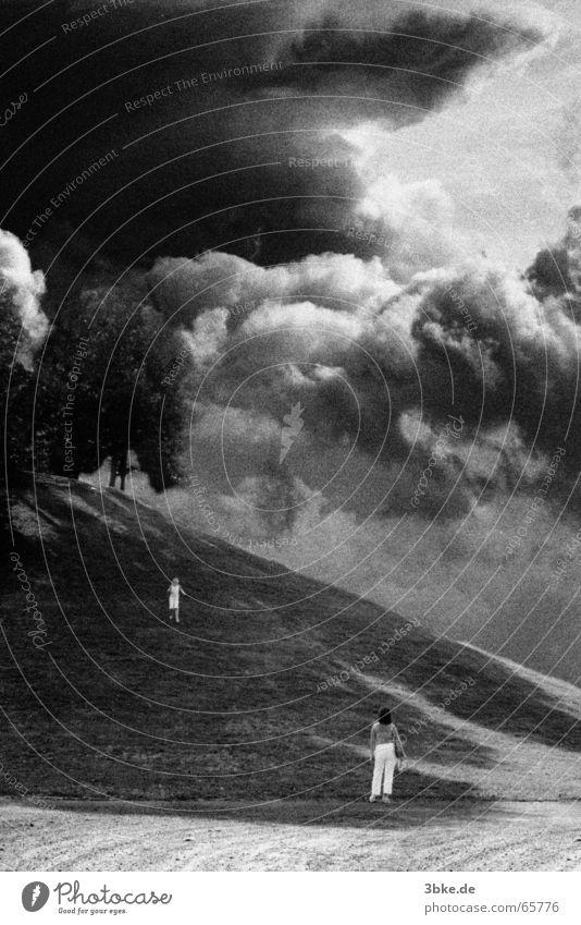 storm 02 Kind weiß schwarz Wolken Angst rennen Mutter Sturm Gewitter