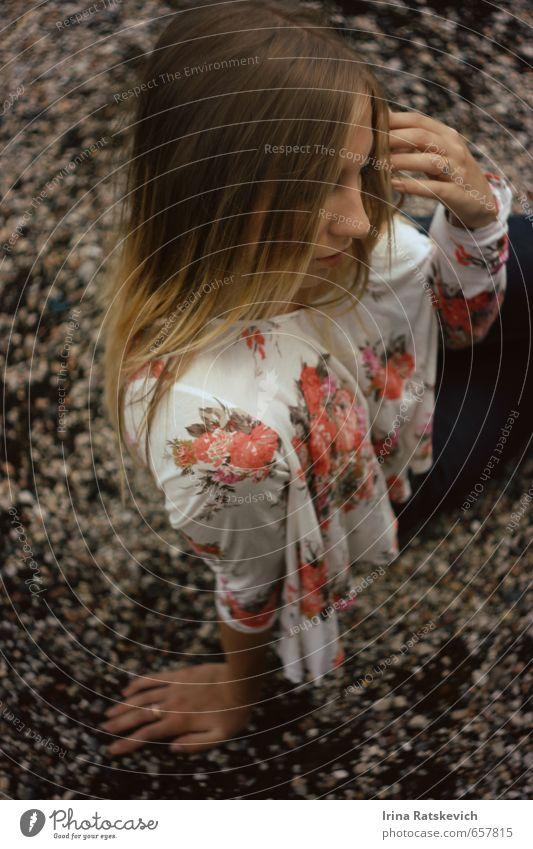 Mensch Jugendliche schön Farbe Sommer Freude 18-30 Jahre Erwachsene Gefühle Haare & Frisuren Denken Stimmung Park genießen niedlich T-Shirt